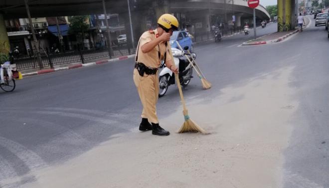 Dọn cát rơi vãi trên đường, CSGT Hà Nội được người đi đường tặng khẩu trang Ảnh 2