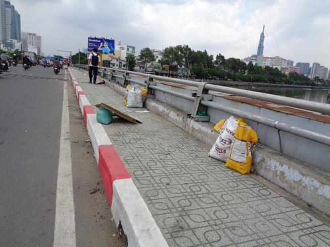 Gửi rác trên cầu Ảnh 1
