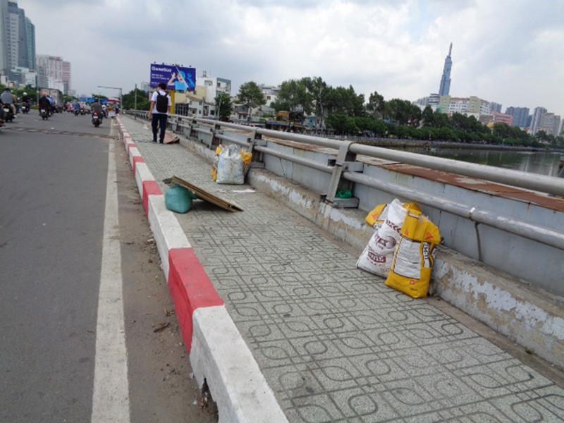 Gửi rác trên cầu Ảnh 3