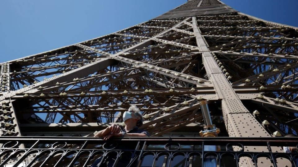 Tháp Eiffel đi qua thế chiến và khủng bố, nhưng Covid-19 tàn khốc hơn Ảnh 1