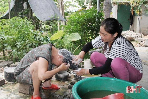 Người phụ nữ ở Hà Tĩnh 11 năm chăm sóc hàng xóm tật nguyền Ảnh 3
