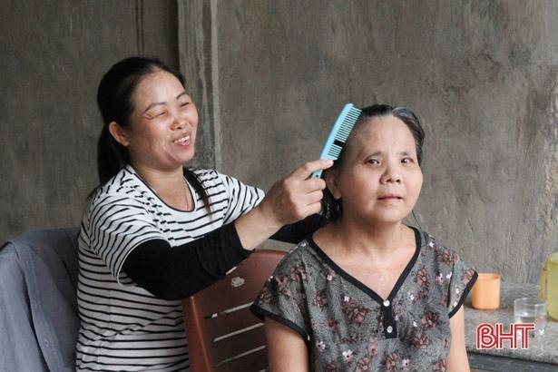 Người phụ nữ ở Hà Tĩnh 11 năm chăm sóc hàng xóm tật nguyền Ảnh 1