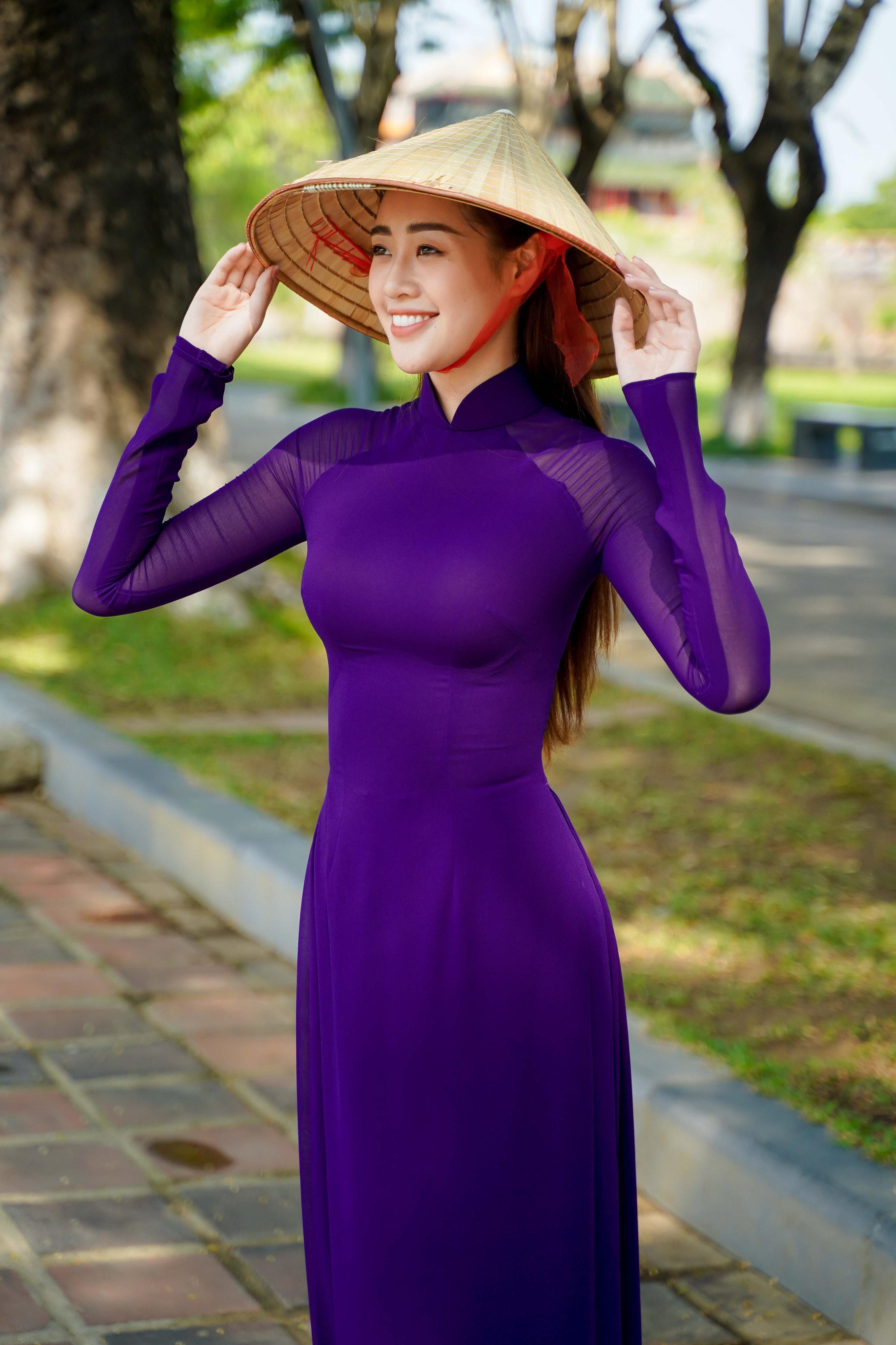 Hoa hậu Khánh Vân diện áo dài tím hóa thành cô gái xứ Huế Ảnh 1