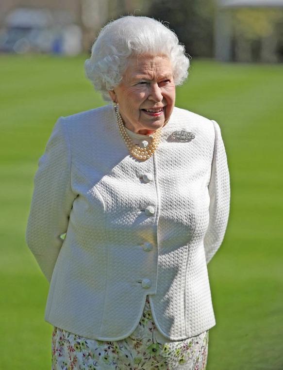 Đây là món phụ kiện có ý nghĩa nhất với Nữ hoàng Anh Ảnh 4