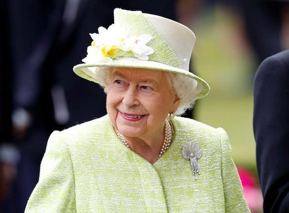 Đây là món phụ kiện có ý nghĩa nhất với Nữ hoàng Anh Ảnh 6
