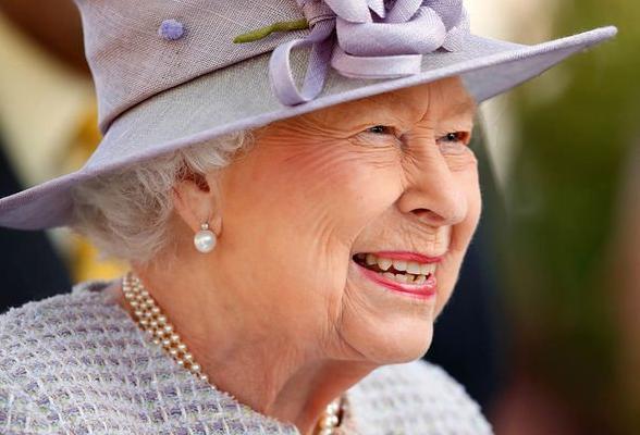 Đây là món phụ kiện có ý nghĩa nhất với Nữ hoàng Anh Ảnh 5