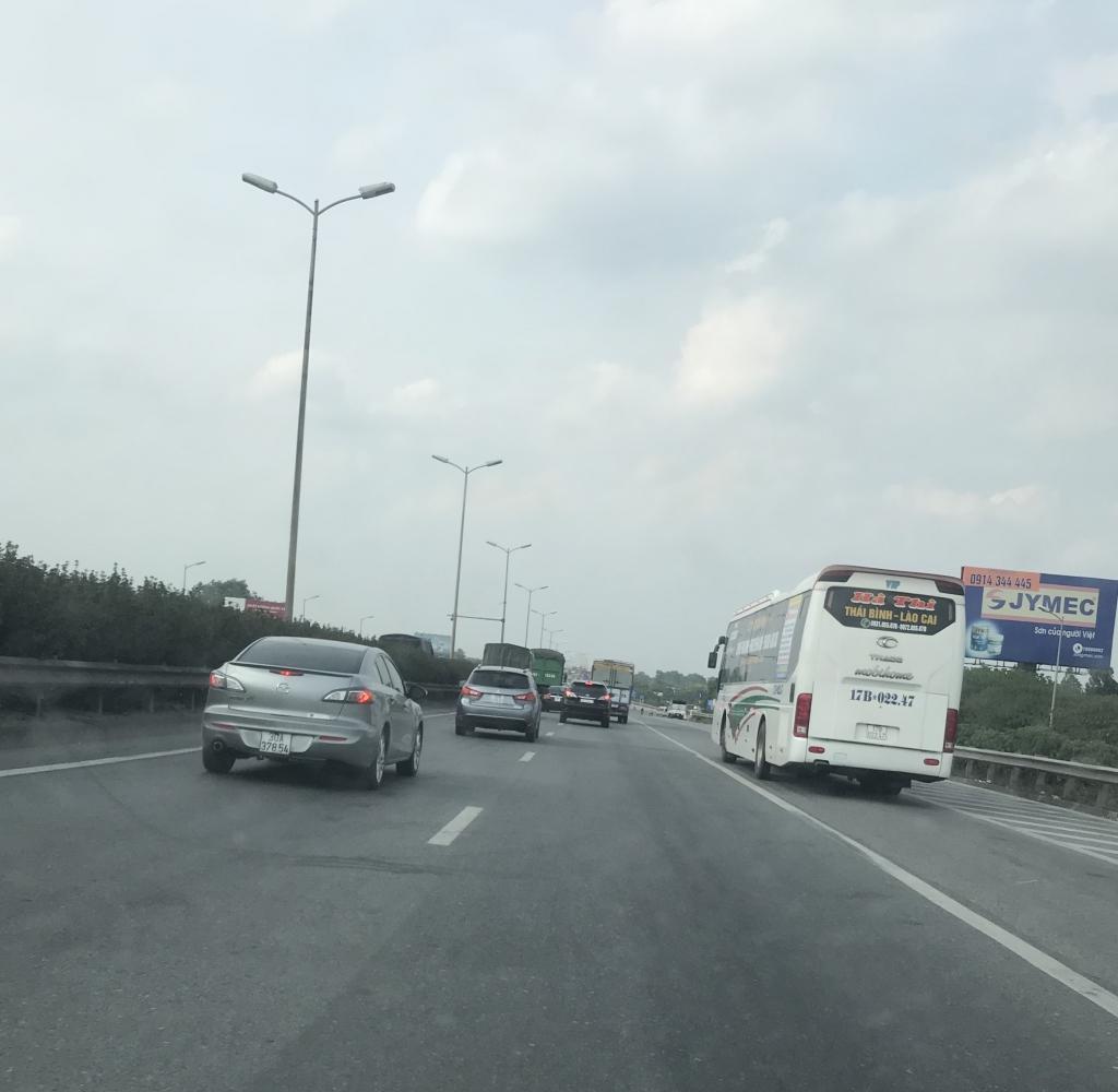 Xe con, xe tải, xe khách đua nhau lấn làn đường khẩn cấp trên vành đai III Ảnh 10
