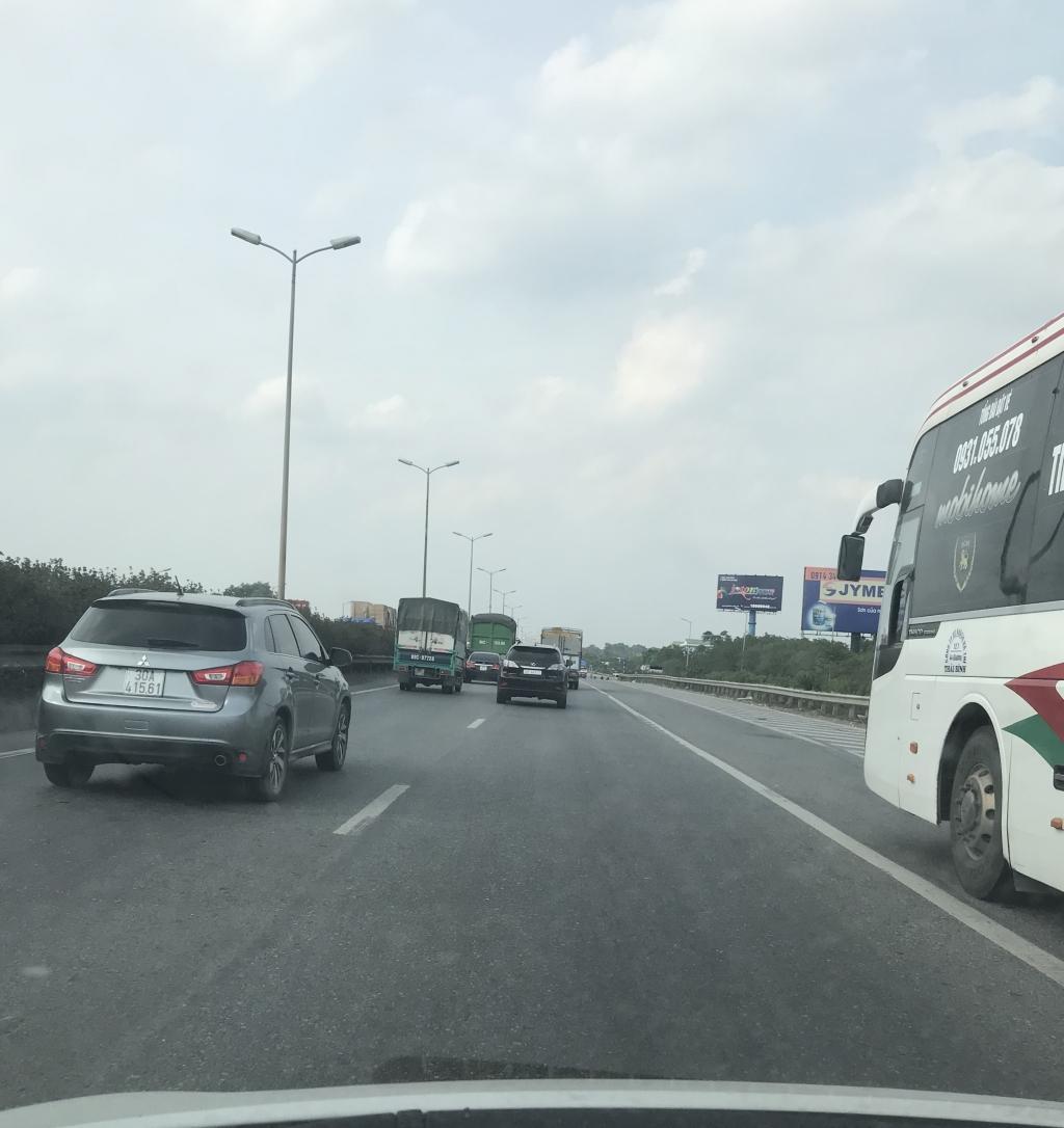Xe con, xe tải, xe khách đua nhau lấn làn đường khẩn cấp trên vành đai III Ảnh 8