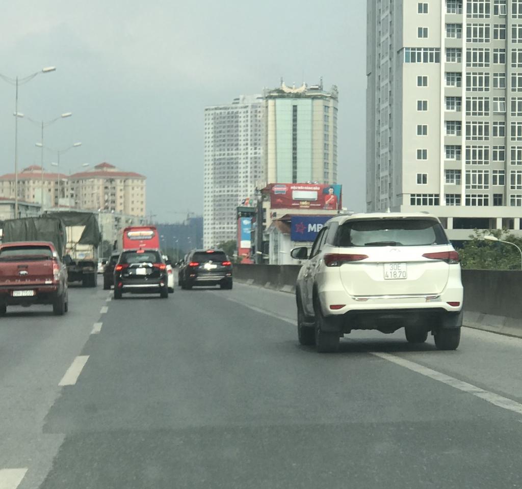 Xe con, xe tải, xe khách đua nhau lấn làn đường khẩn cấp trên vành đai III Ảnh 1