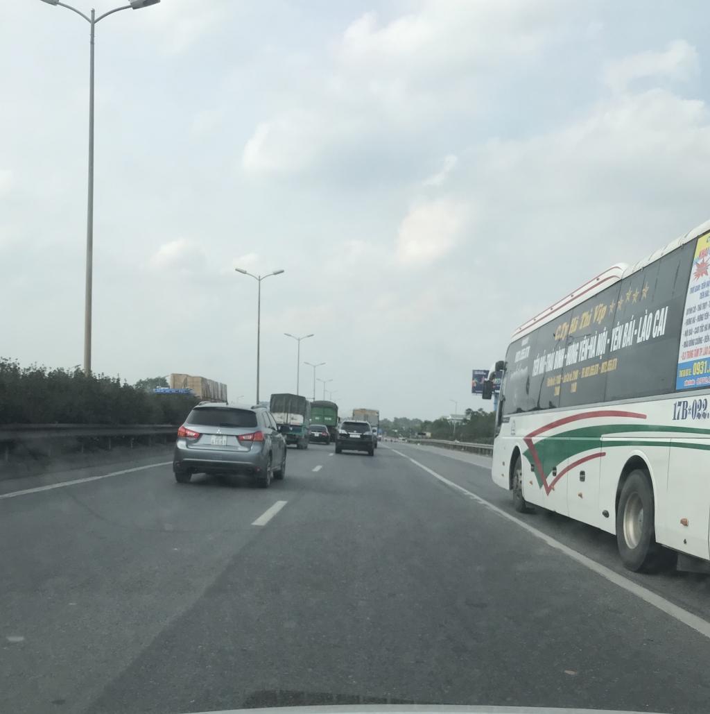 Xe con, xe tải, xe khách đua nhau lấn làn đường khẩn cấp trên vành đai III Ảnh 9