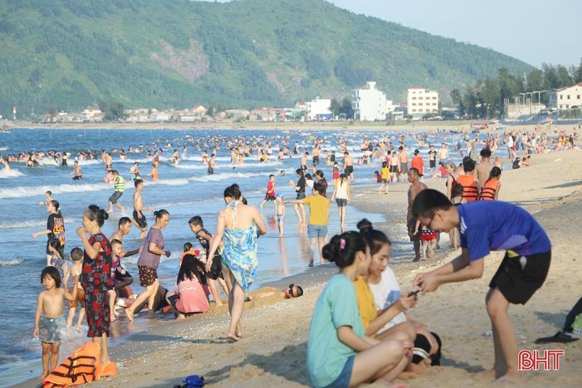 Khu du lịch biển Thiên Cầm 'kín' khách những ngày nắng nóng Ảnh 1