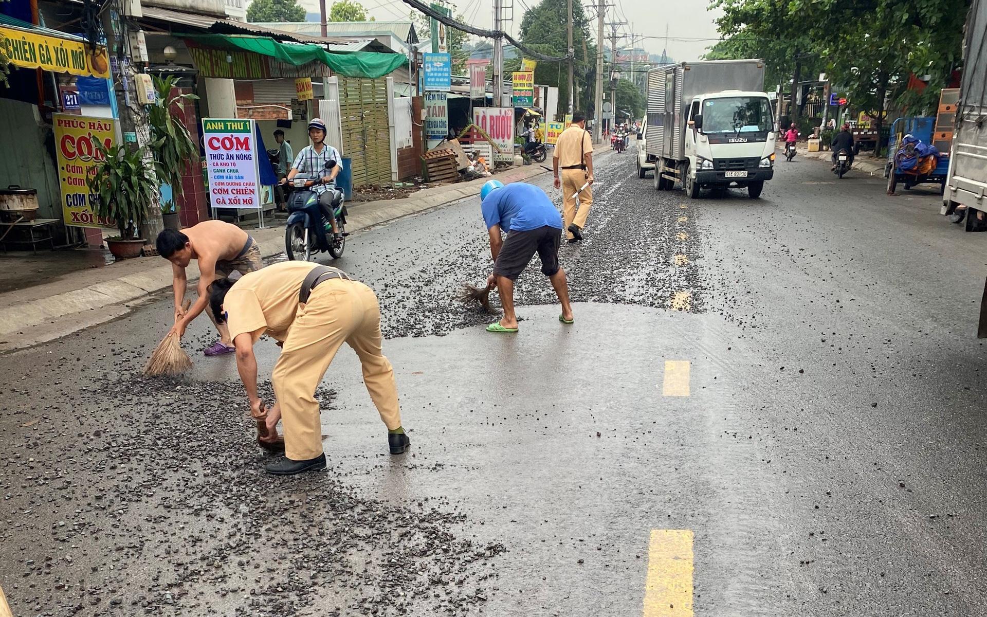 Xe chở đá rơi vãi trên đường, CSGT TP.HCM ra sức dọn dẹp Ảnh 1
