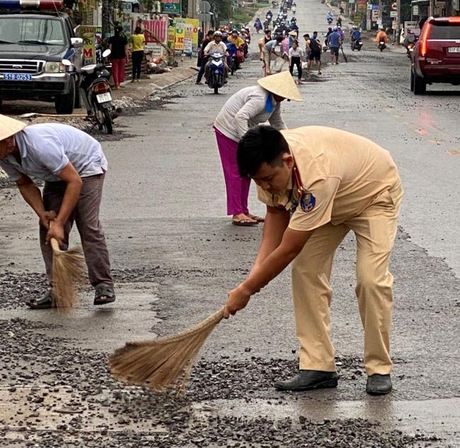 Xe chở đá rơi vãi trên đường, CSGT TP.HCM ra sức dọn dẹp Ảnh 2