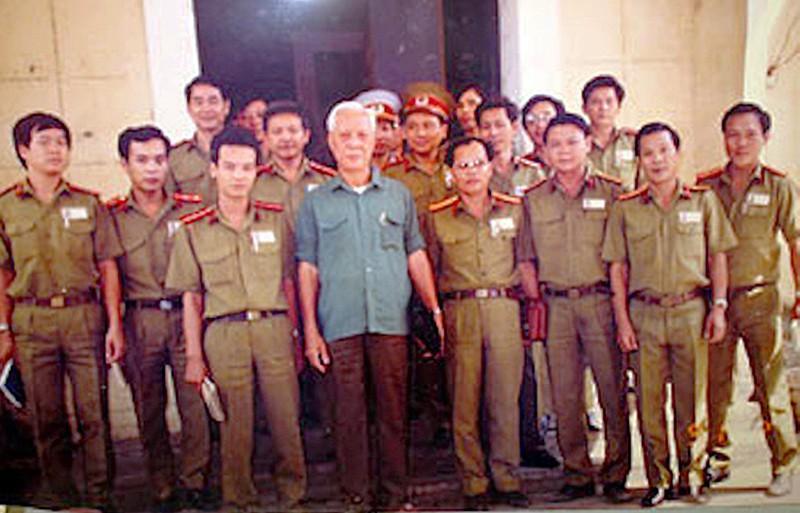 Đại tá Ba Tung, lẫy lừng trang viết, bi kịch trang đời Ảnh 2