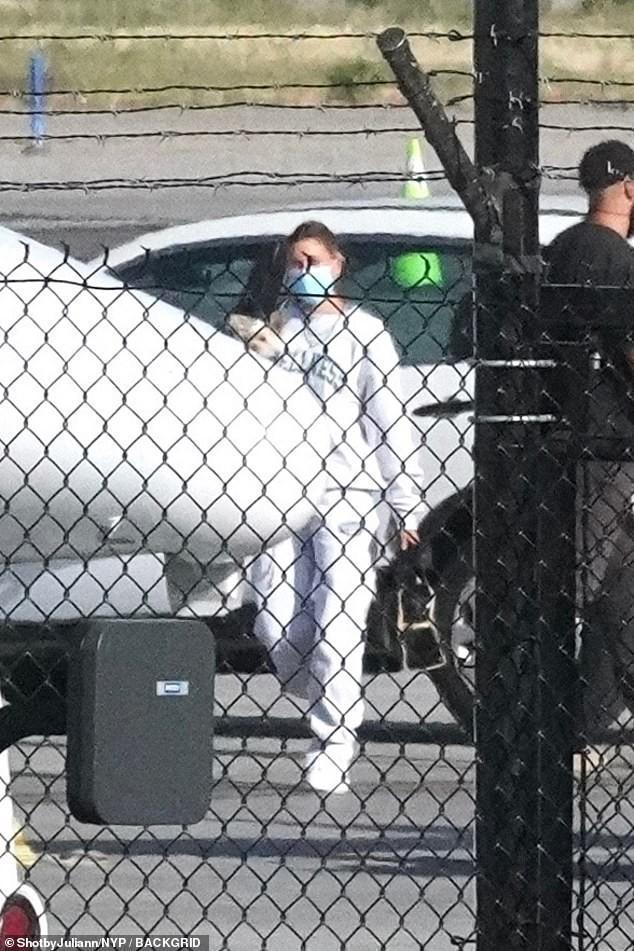 Vợ Justin Bieber một mình ra phố ở Mỹ sau kỳ nghỉ dưỡng cùng bạn thân Ảnh 2