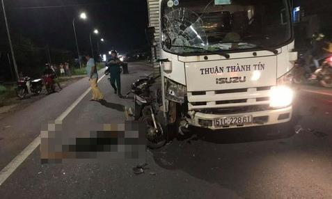 Người đàn ông tử nạn thương tâm sau cú tông xe máy và xe tải Ảnh 1