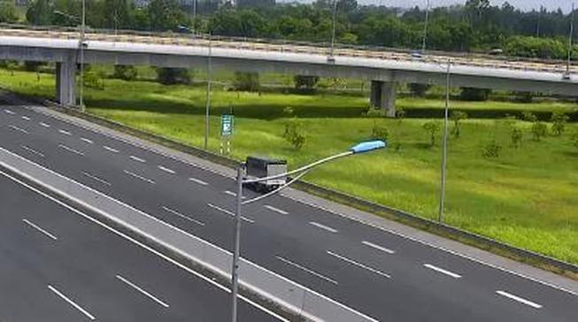 Phạt nữ tài xế lái xe tải chạy lùi trên cao tốc 17 triệu đồng Ảnh 1