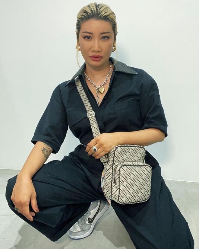 Người phụ nữ đầu tiên sở hữu giày Nike Dior hiếm 2.000 USD Ảnh 1