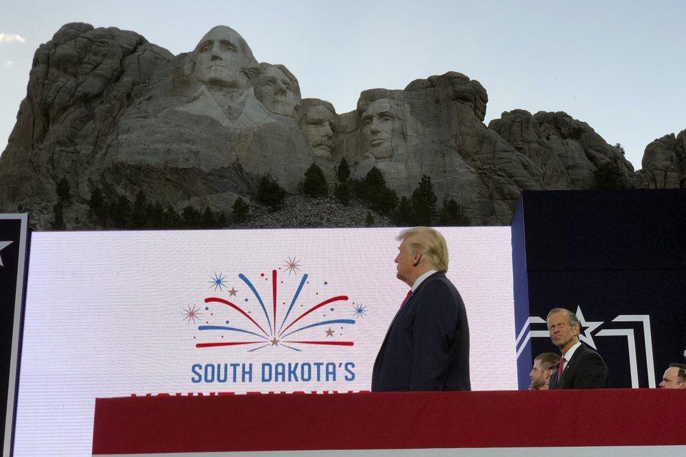 Lễ kỷ niệm hoành tráng của TT Trump ở núi thiêng dù bị phản đối dữ dội Ảnh 3