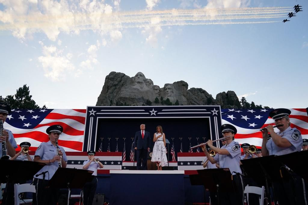 Lễ kỷ niệm hoành tráng của TT Trump ở núi thiêng dù bị phản đối dữ dội Ảnh 1