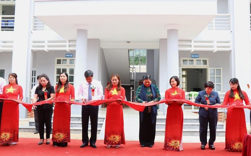 Phó Chủ tịch Quốc hội Tòng Thị Phóng dự lễ khánh thành Trạm y tế xã Xuân Nha Ảnh 1