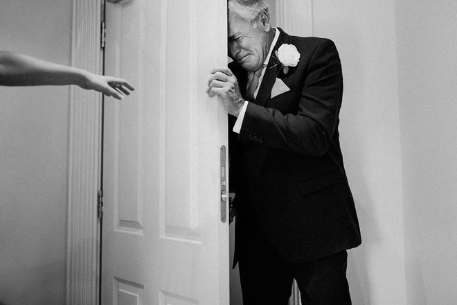 Cha lặng lẽ, bật khóc trong đám cưới con gái Ảnh 6