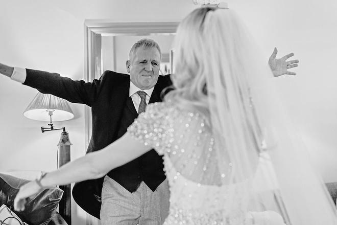 Cha lặng lẽ, bật khóc trong đám cưới con gái Ảnh 8