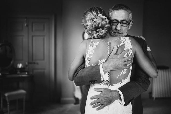 Cha lặng lẽ, bật khóc trong đám cưới con gái Ảnh 3
