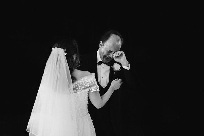 Cha lặng lẽ, bật khóc trong đám cưới con gái Ảnh 2