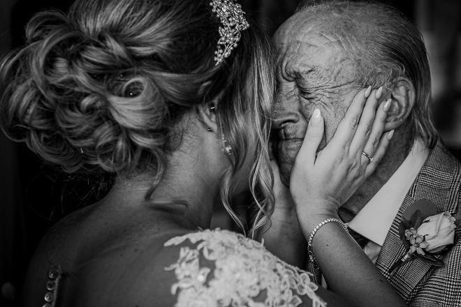 Cha lặng lẽ, bật khóc trong đám cưới con gái Ảnh 1