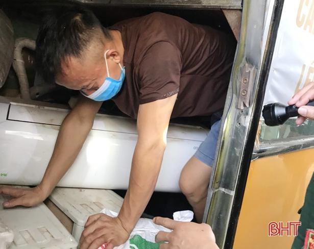Chui trong hầm xe khách, trốn cách ly y tế khi nhập cảnh qua Cửa khẩu Cầu Treo Ảnh 2