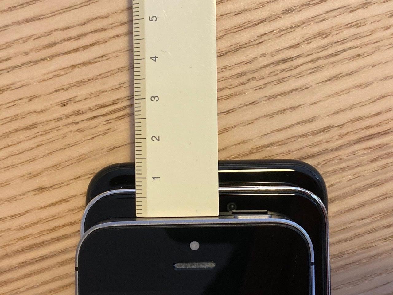 iPhone 12 5.4 inch lần đầu lộ diện, 'khoe dáng' cực ngầu bên iPhone SE và iPhone 7 Ảnh 6