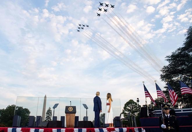 Nước Mỹ 'đối nghịch' trong ngày Quốc khánh Ảnh 1