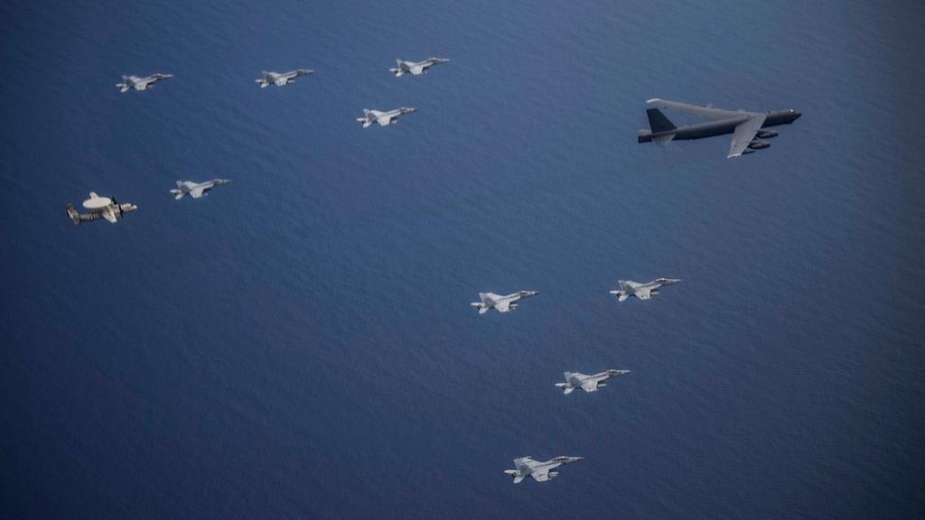 Mỹ điều B-52 bay thẳng đến Biển Đông tập trận cùng hai tàu sân bay Ảnh 10