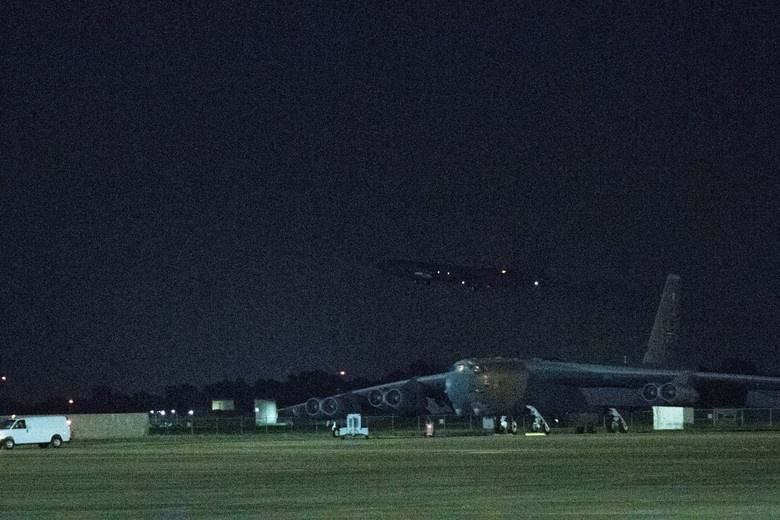 Mỹ điều B-52 bay thẳng đến Biển Đông tập trận cùng hai tàu sân bay Ảnh 6