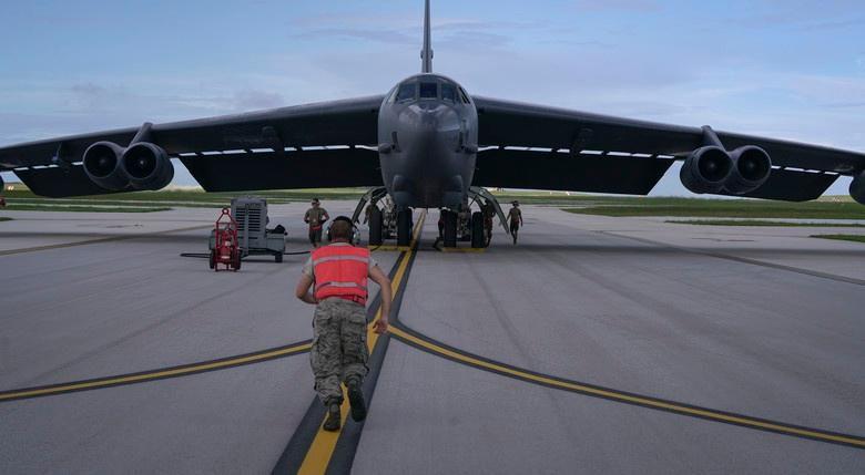 Mỹ điều B-52 bay thẳng đến Biển Đông tập trận cùng hai tàu sân bay Ảnh 1