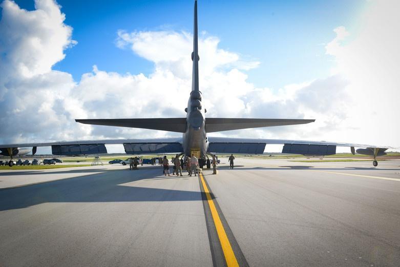 Mỹ điều B-52 bay thẳng đến Biển Đông tập trận cùng hai tàu sân bay Ảnh 3