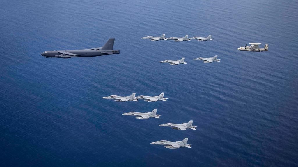 Mỹ điều B-52 bay thẳng đến Biển Đông tập trận cùng hai tàu sân bay Ảnh 9
