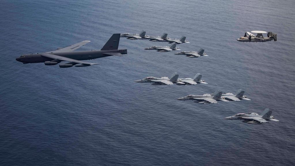 Mỹ điều B-52 bay thẳng đến Biển Đông tập trận cùng hai tàu sân bay Ảnh 7