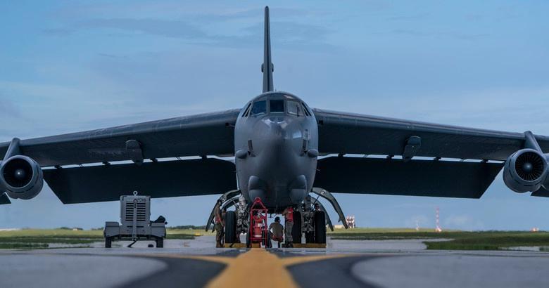 Mỹ điều B-52 bay thẳng đến Biển Đông tập trận cùng hai tàu sân bay Ảnh 2