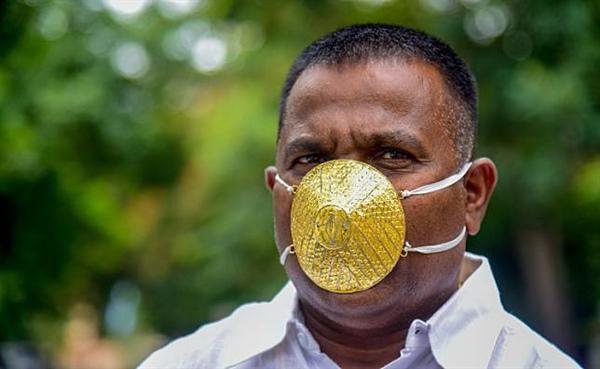 Doanh nhân Ấn Độ đeo khẩu trang bằng vàng chống Covid-19 Ảnh 1