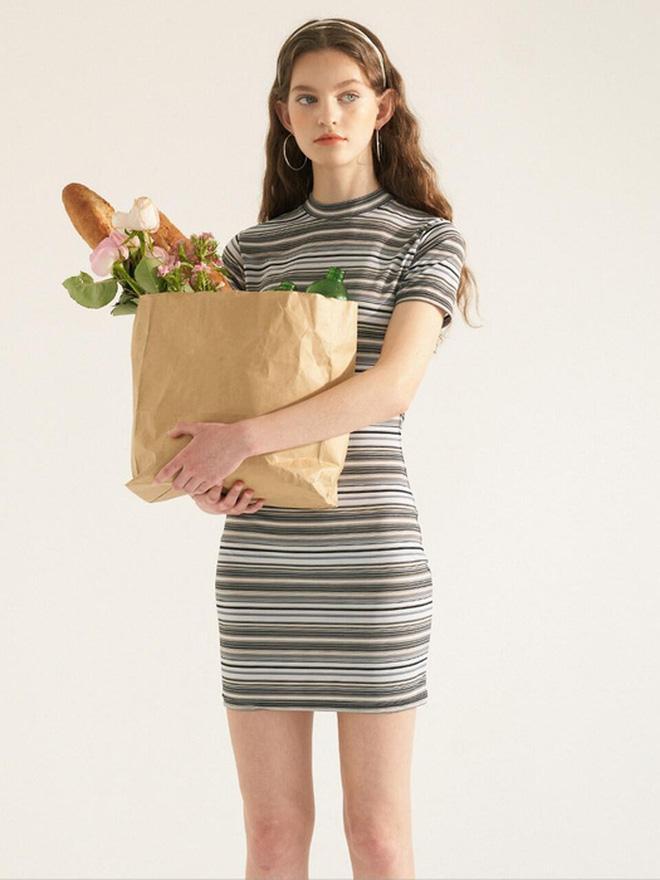 Jisoo diện váy ôm sát xinh ơi là xinh, tuyệt nhất là các nàng có thể 'đu' theo mà giá thì rẻ bèo Ảnh 3