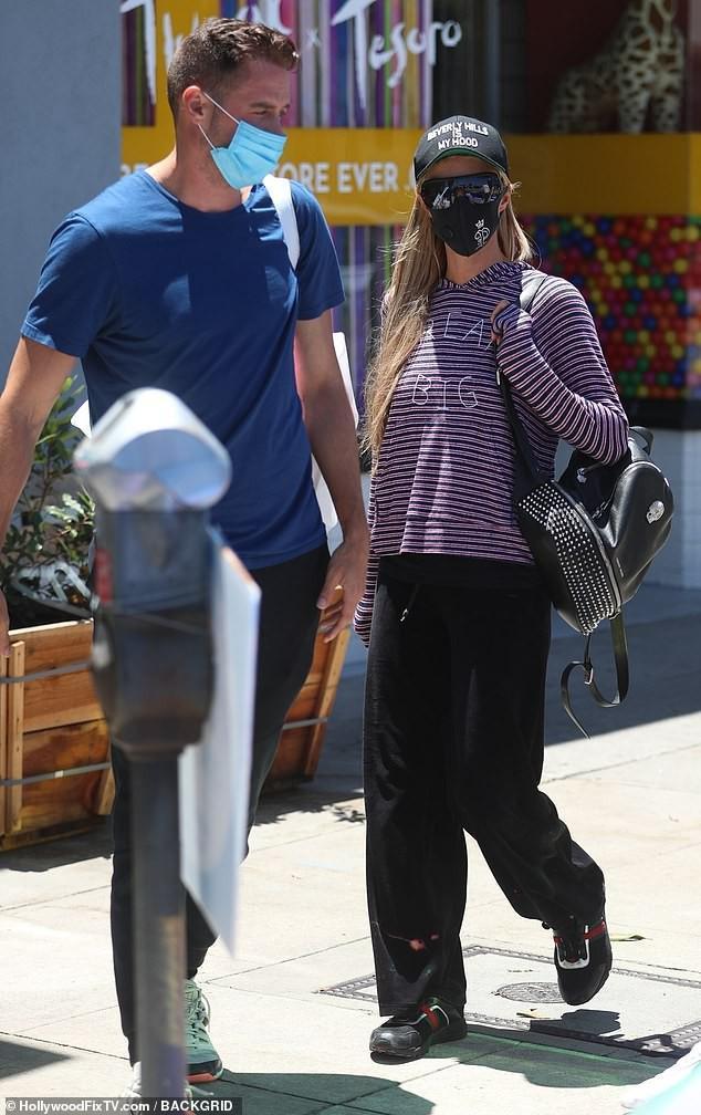 'Cô đào' Paris Hilton mặc bra nóng bỏng, ôm thú cưng ra phố ở Malibu Ảnh 6