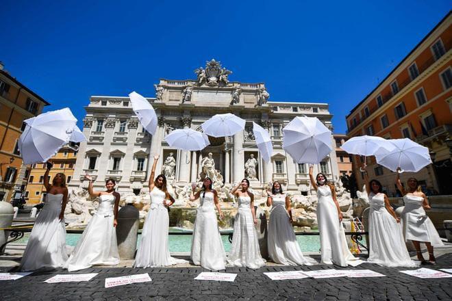 24h qua ảnh: Các cô dâu mặc váy cưới biểu tình vì đám cưới bị hoãn do dịch COVID-19 Ảnh 5