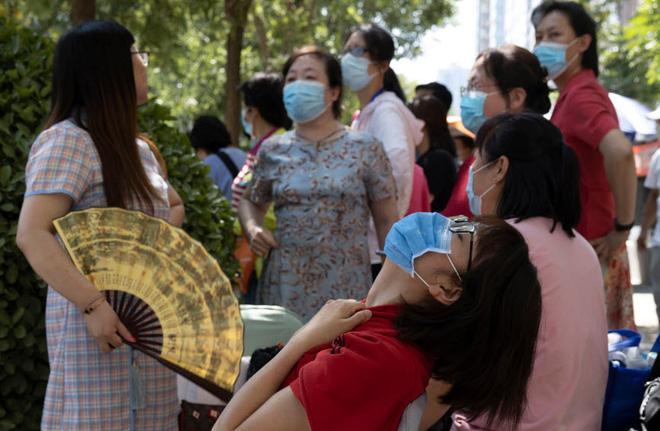 24h qua ảnh: Các cô dâu mặc váy cưới biểu tình vì đám cưới bị hoãn do dịch COVID-19 Ảnh 1