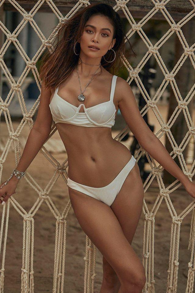 Mâu Thủy bốc lửa với bikini, Kim Duyên khoe eo thon táo bạo trên phố Ảnh 1