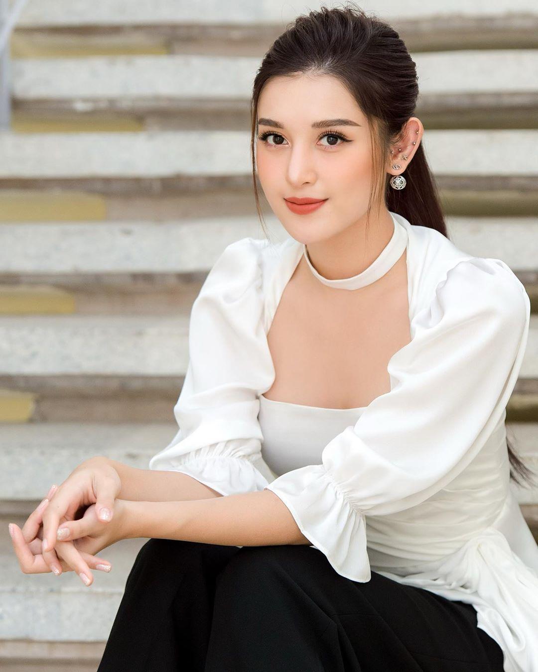 Diện váy đơn sắc: Phương Khánh hóa quý cô đài các - Tiểu Vy xinh đẹp hết phần thiên hạ Ảnh 7