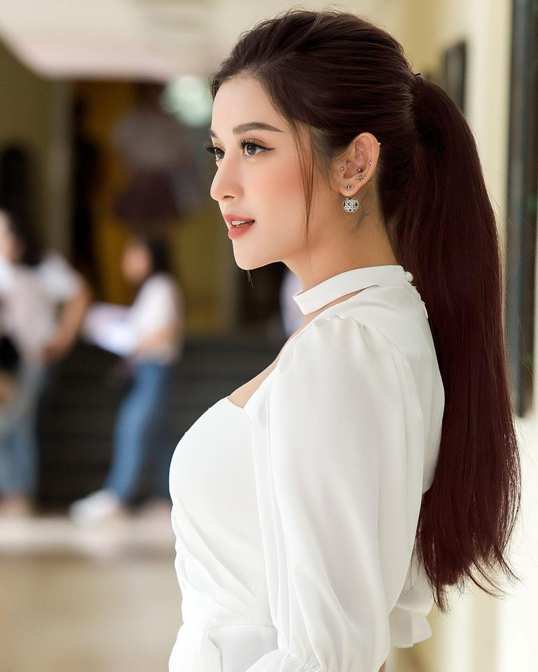 Diện váy đơn sắc: Phương Khánh hóa quý cô đài các - Tiểu Vy xinh đẹp hết phần thiên hạ Ảnh 8