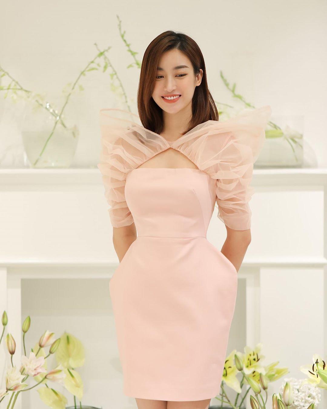 Diện váy đơn sắc: Phương Khánh hóa quý cô đài các - Tiểu Vy xinh đẹp hết phần thiên hạ Ảnh 12