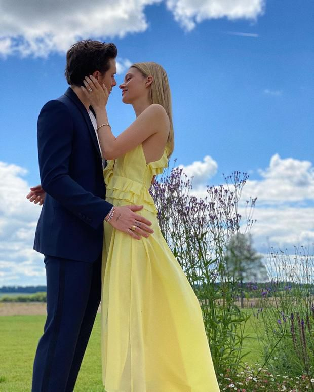 Con dâu nhà tỷ phú tiết lộ 'nhiếp ảnh gia' đằng sau bức ảnh đính hôn với Brooklyn Beckham gây xôn xao cả thế giới Ảnh 1